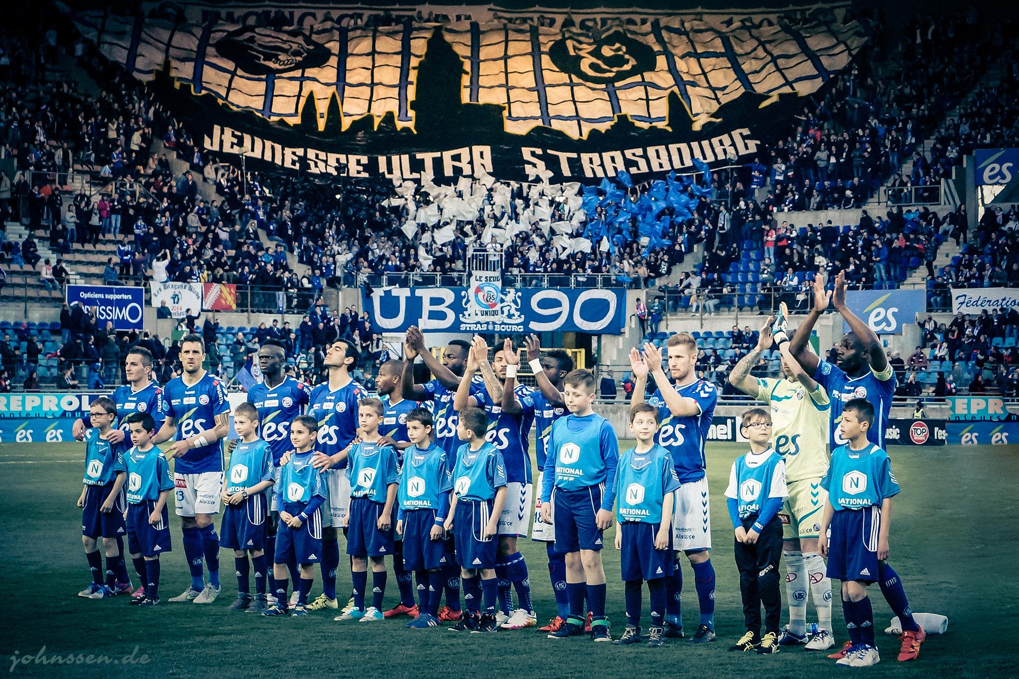 L'equipe devant le mur des supporters