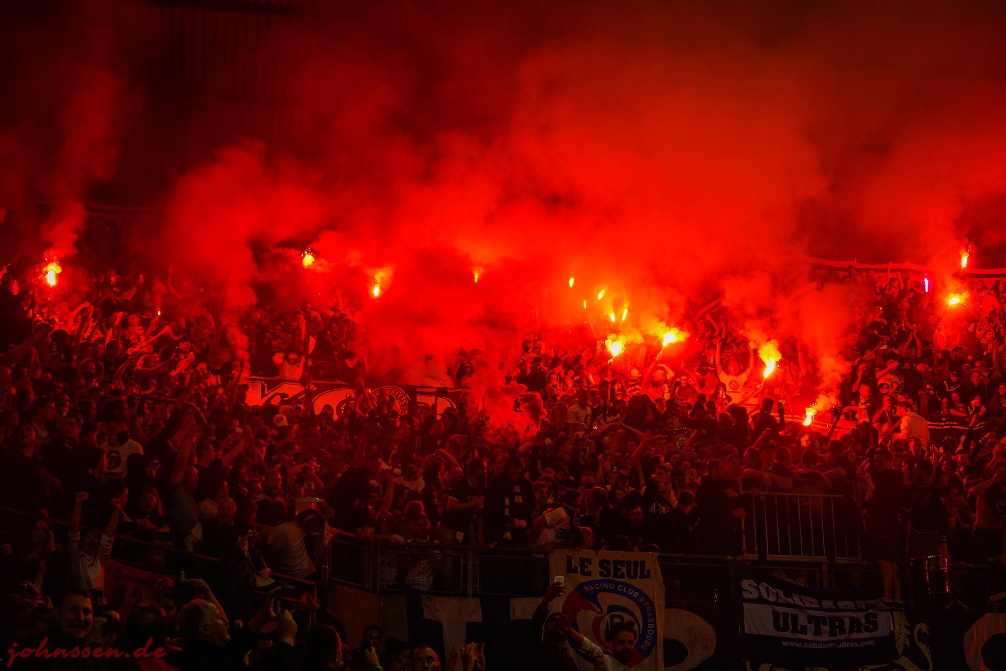 le stade en flammes